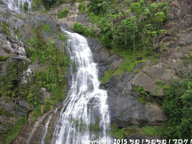 列車から見える滝