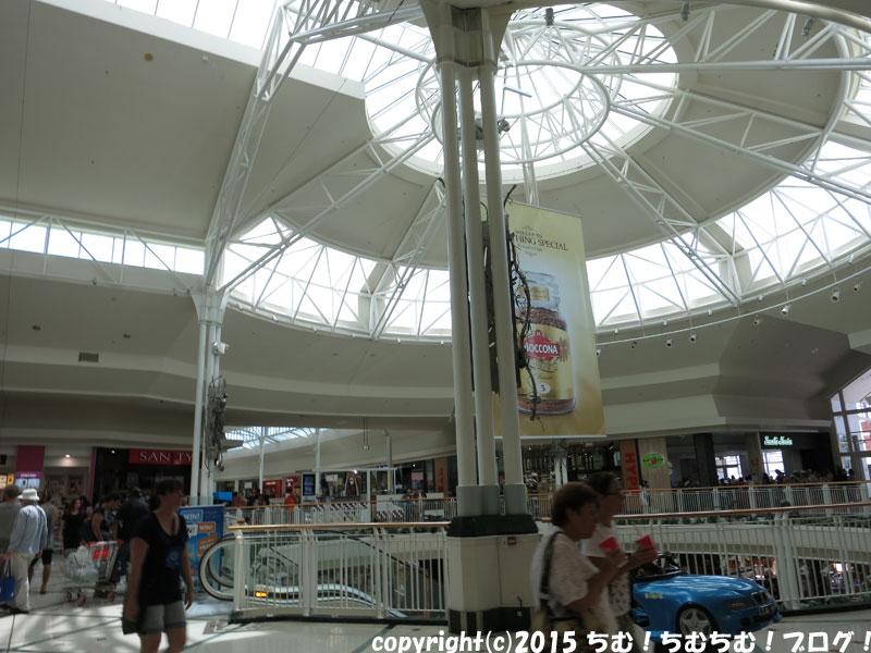 ショッピングセンターの天井