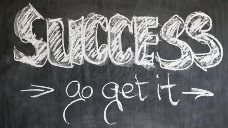 「success go get it」と書かれた黒板