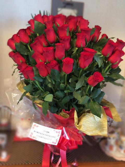 玄関に飾った60本のバラ