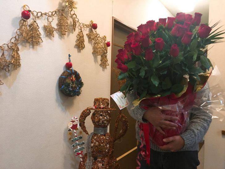 60本のバラをかかえた母