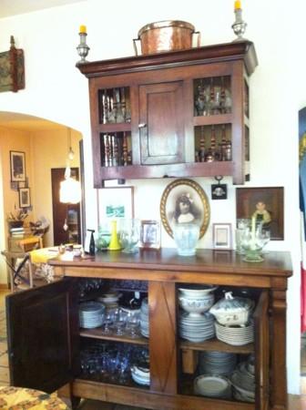 飾り棚の中は、パーティー用食器類がどっさり
