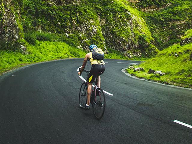 山道を下る自転車