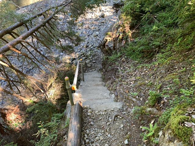 小又川への階段
