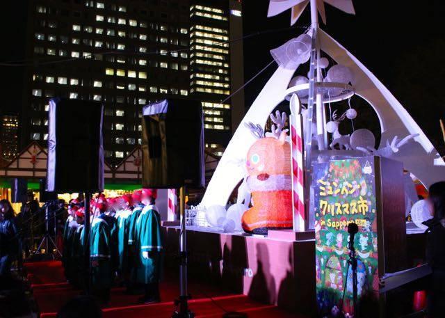 ミュンヘンクリスマス市オブジェ前のステージ
