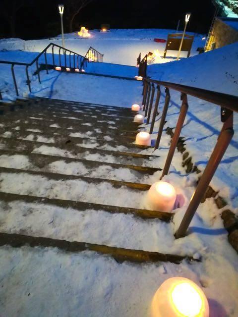 階段を照らすスノーキャンドル