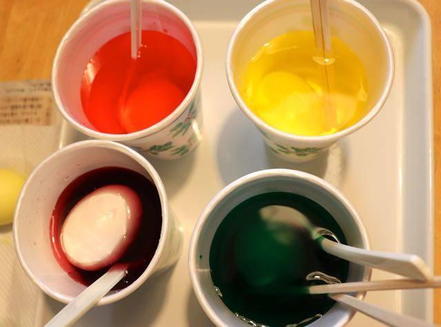 イースターエッグ 色水に浸ける