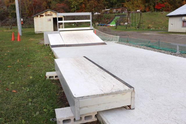 八剣山果樹園 スケートボード場 カーブボックス