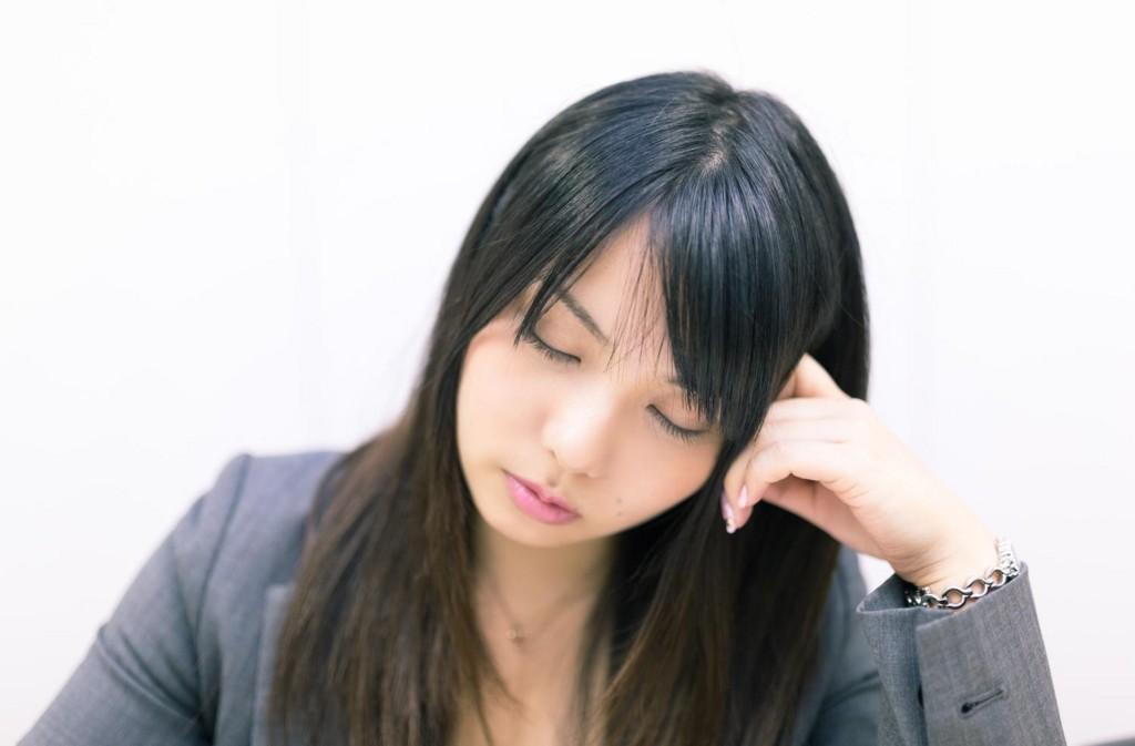 眠気を催している女性