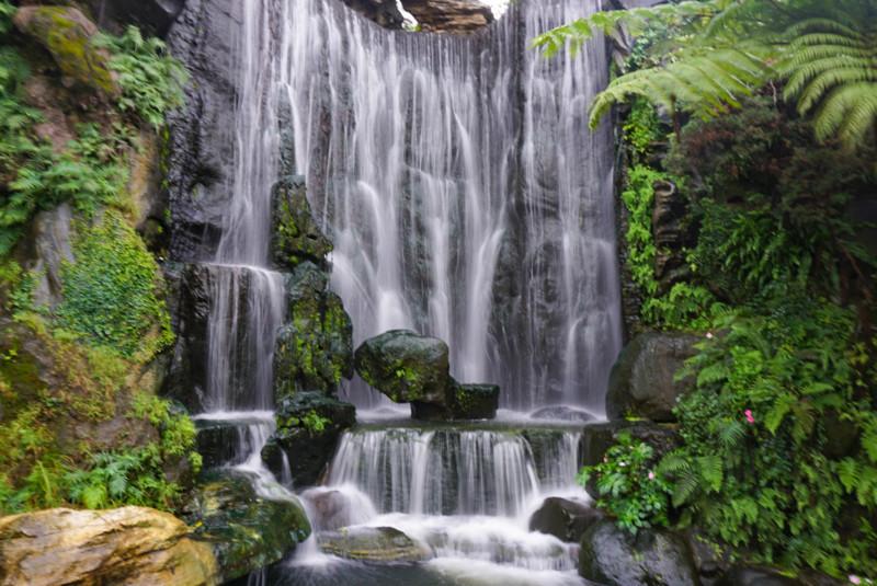 龍山寺入り口の滝