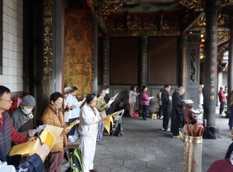 龍山寺を参拝する人々