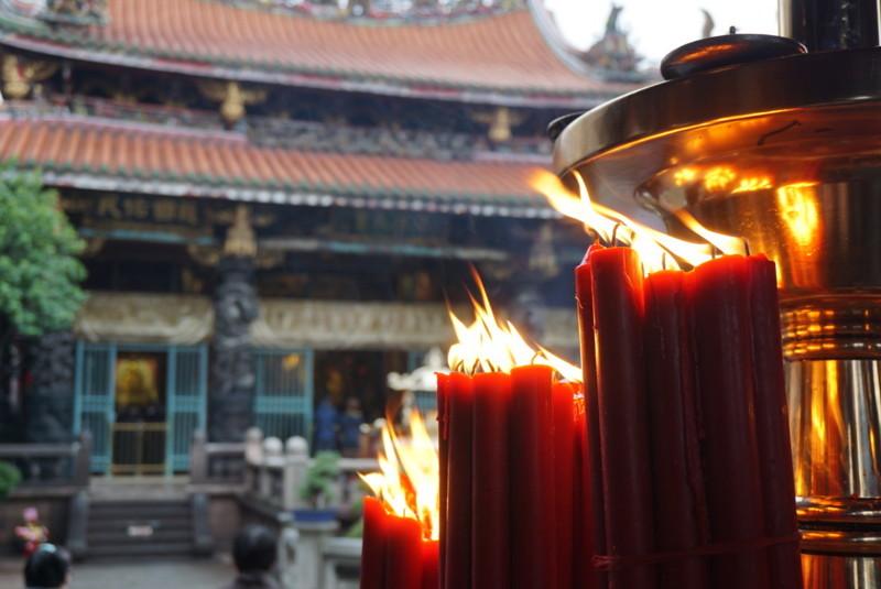 ろうそくの炎と龍山寺