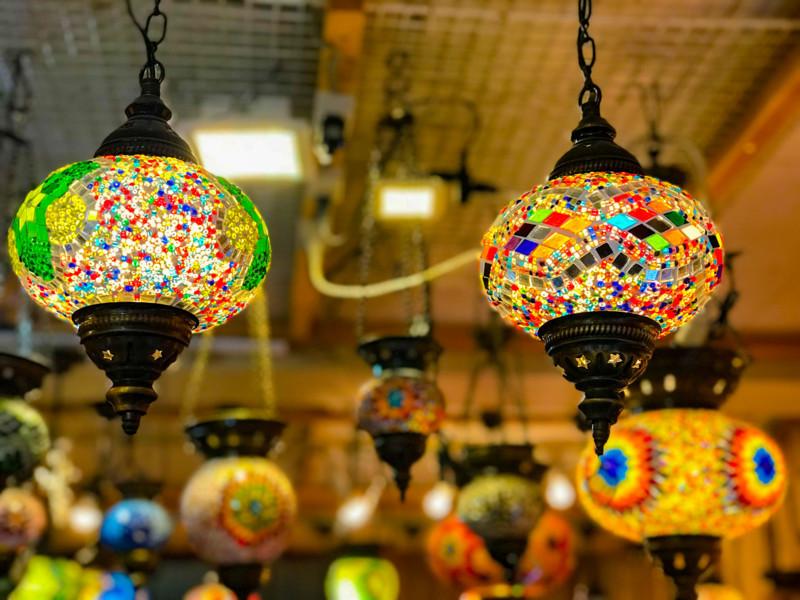 ランプ屋の店内にかけられているランプ