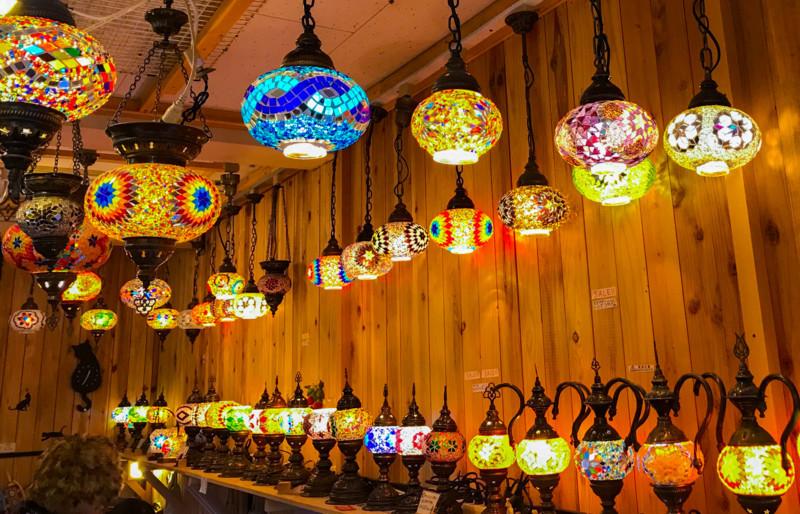 ランプ屋の店内に並ぶランプ