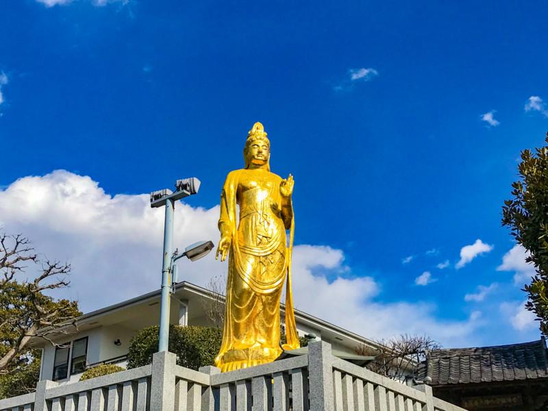 金色の観音様の像