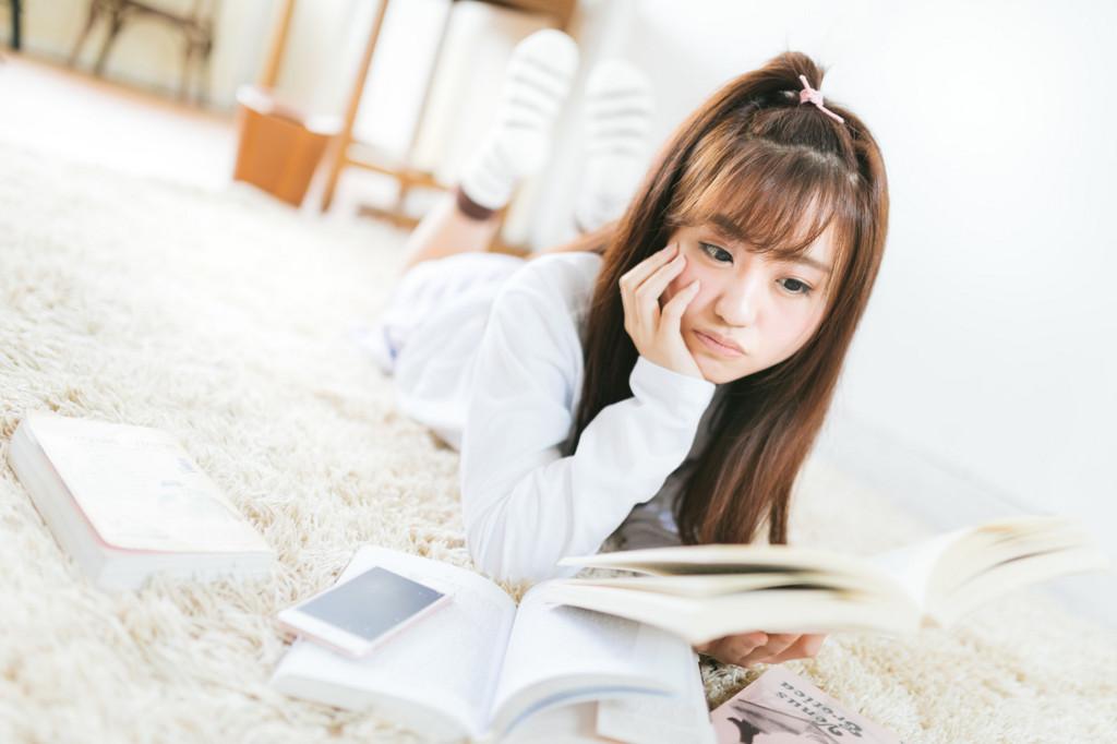 読書中の女の子
