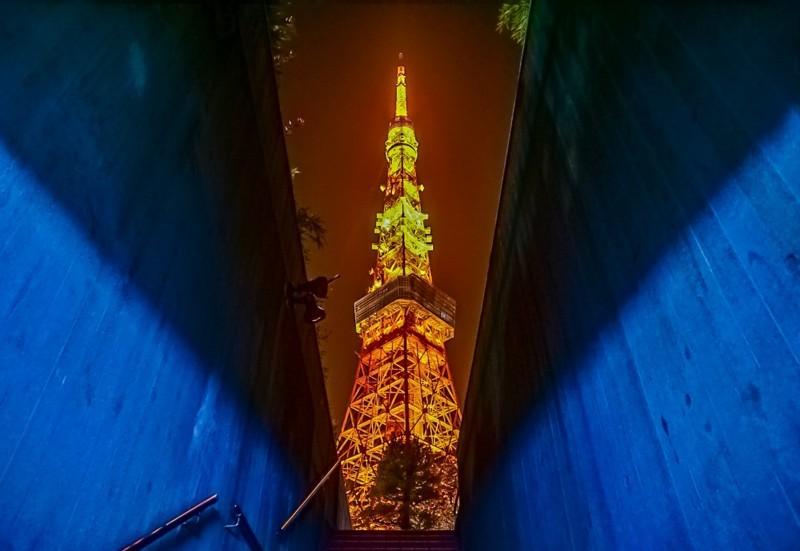うかい亭前の地下駐車場の階段から撮影した東京タワーの写真