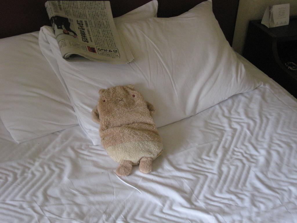 ベッドで寝る猫ぬいぐるみ