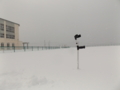 泊村山村広場(2016年1月16日撮影) 積雪42cm 左側の建物は泊中学校