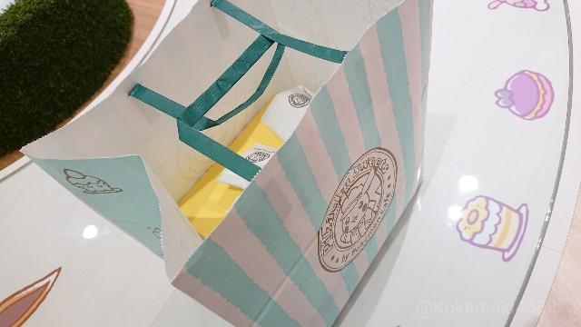 ケーキの入った紙袋の写真