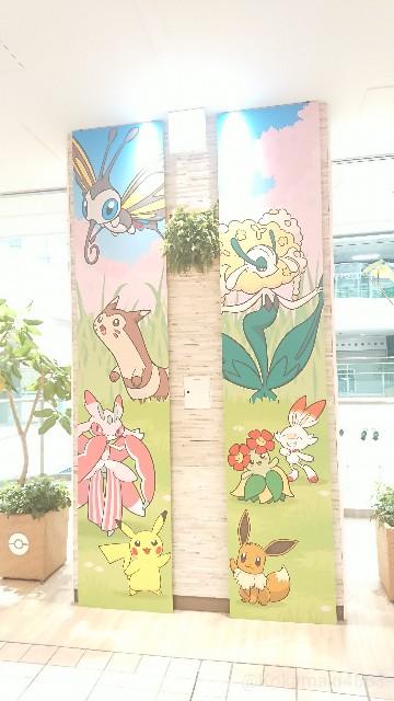 メガトウキョー周辺のポケモンデザインの壁の写真(フラージェスなど)