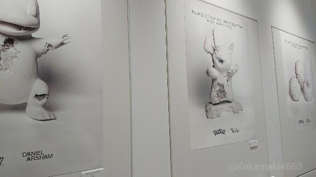 グッズのポスターが並ぶ写真