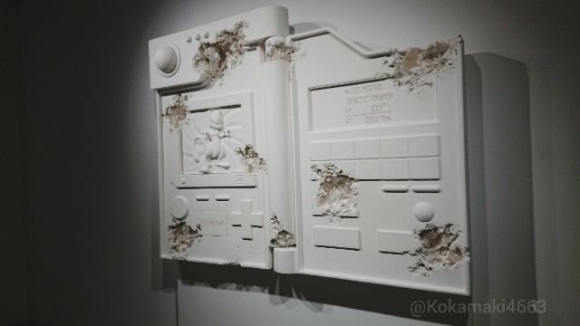 ポケモン図鑑のオブジェの写真(斜め)