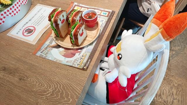 座るヒバニーのぬいぐるみと食品サンプルの写真