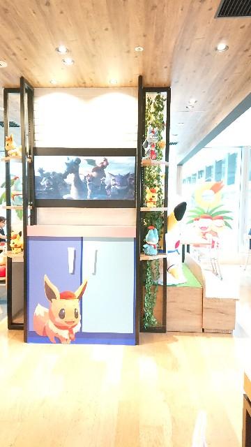 店内の柱のテレビがある側の写真