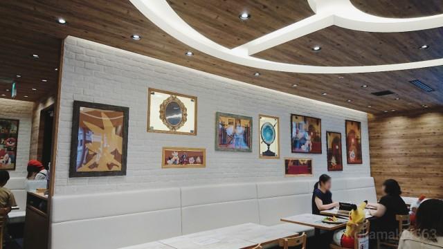アートの飾ってある壁の写真