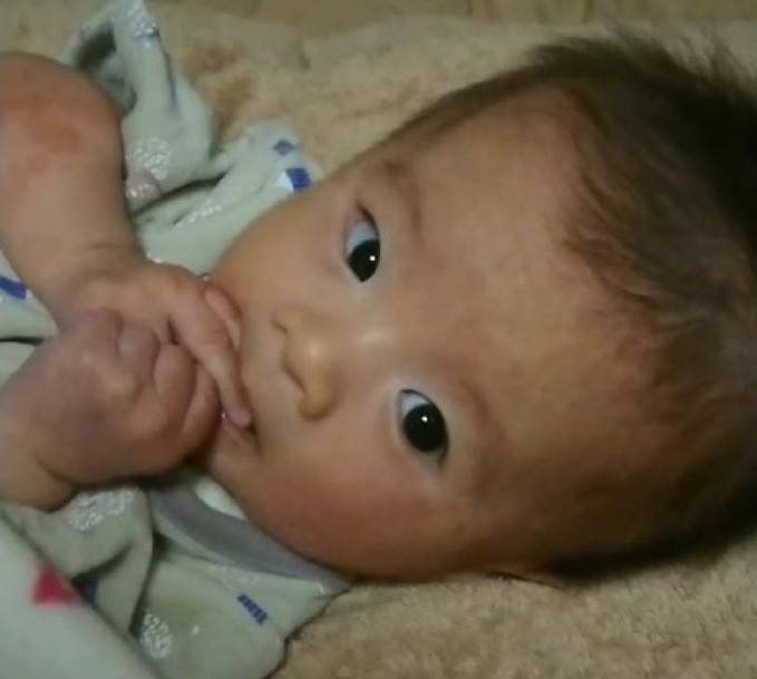 赤ちゃん 泣き 止む 動画 トマト