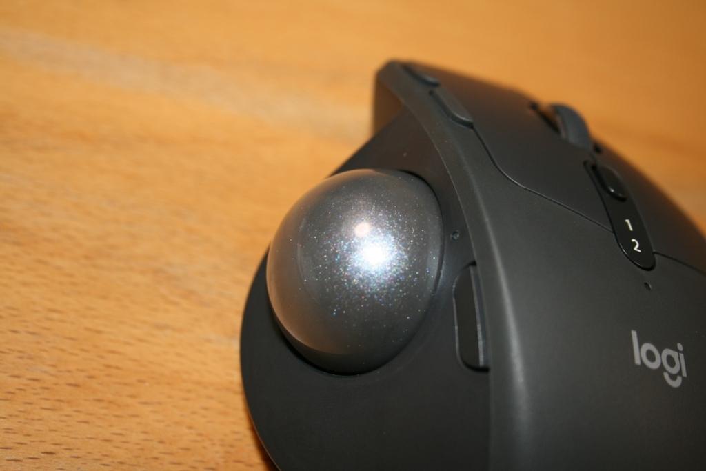 トラックボールマウスMXERGOのボール部分は艶があって綺麗