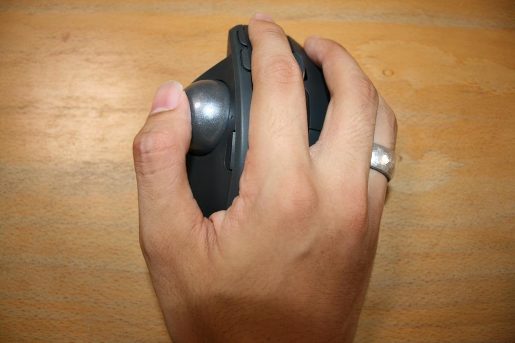 トラックボールマウスMXERGOを自分の手で実際に握った写真