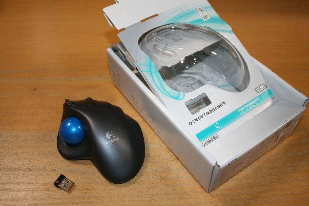 トラックボールマウスm570tを箱から取り出した写真
