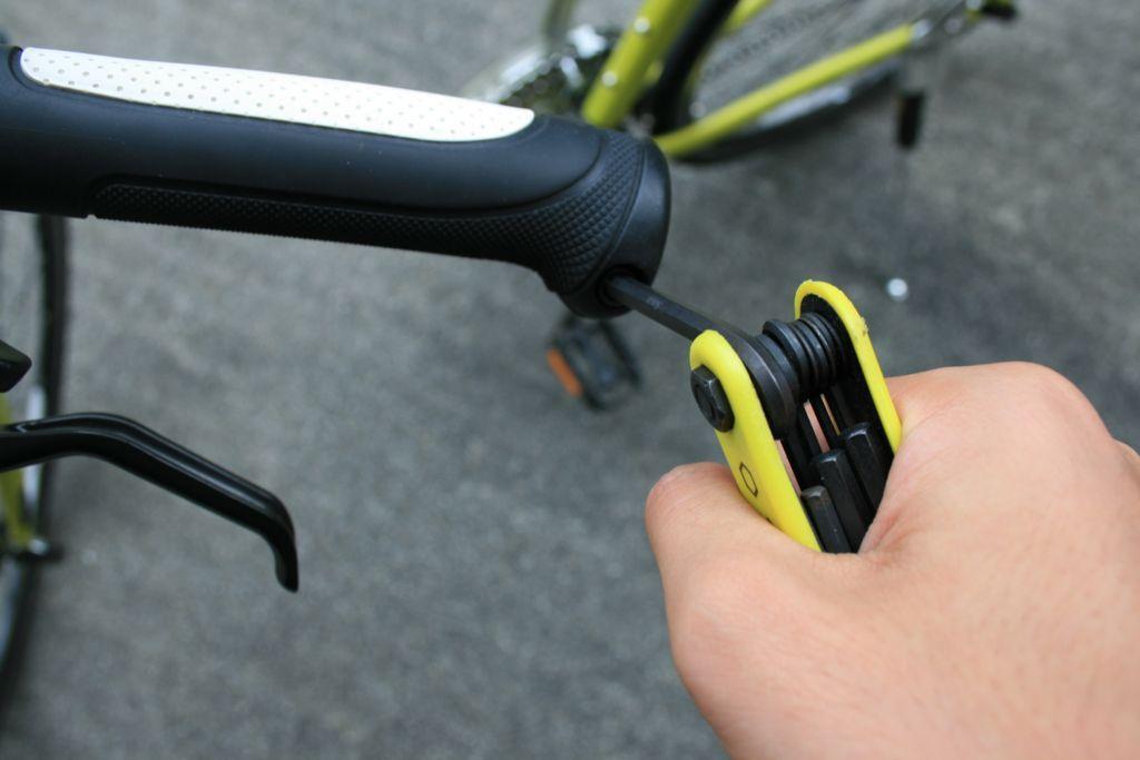 クロスバイクのハンドルグリップを取り外している画像