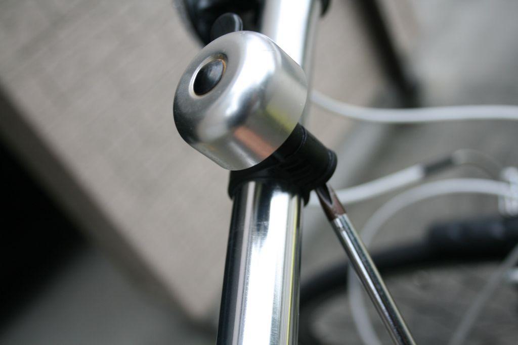 クロスバイクのベルをハンドルの内側へとずらしている行程の画像