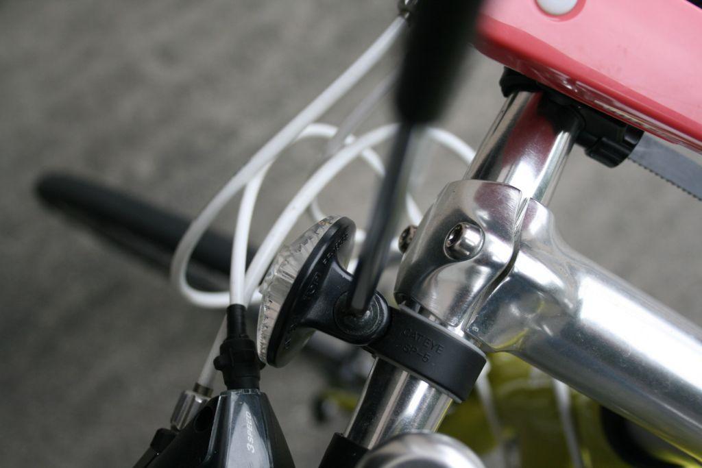 クロスバイクの反射板を取り外している画像