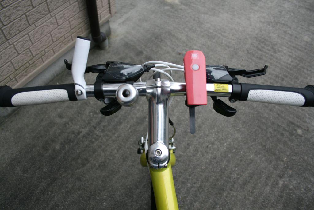 バーエンドバーを片側だけ設置したクロスバイクの画像
