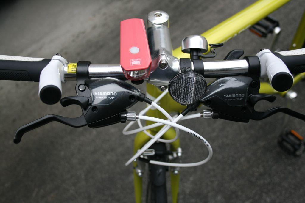 バーエンドバーを設置したクロスバイクを正面から撮影した画像