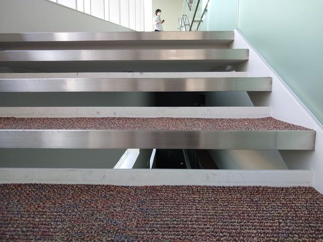 静岡市清水文化会館 マリナート 階段 踏み板 薄い