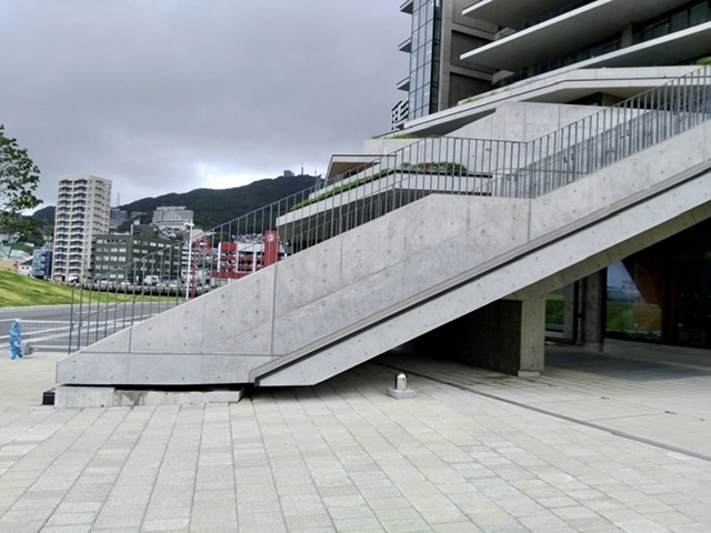 長崎県 庁舎 階段 免震 クリアランス