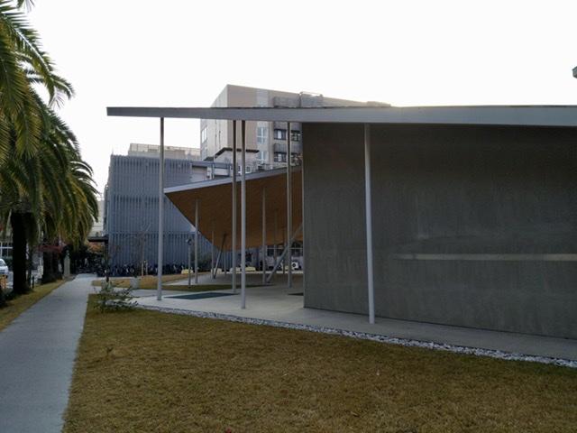 岡山大学 ホール 屋根 薄い 庇