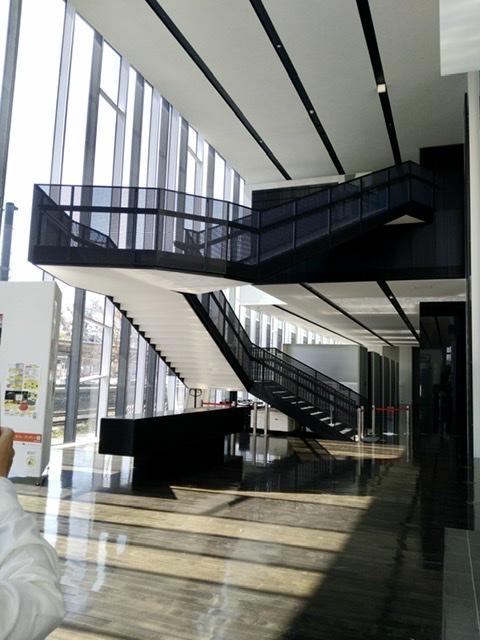 茅野市 美術館 階段 ねじり ねじれ 鉄骨