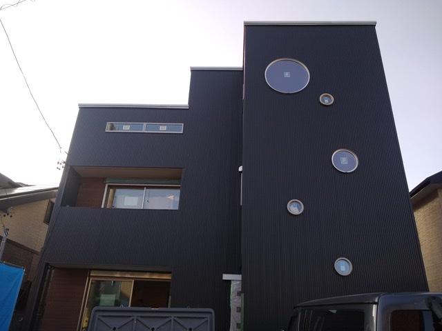 黒い外壁 ガルバリウム 丸窓 おしゃれ