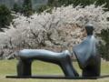 ヘンリー・ムーア《横たわる像 アーチ状の足》