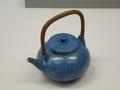 チューカー(藍釉線刻渦文水注)壺屋焼