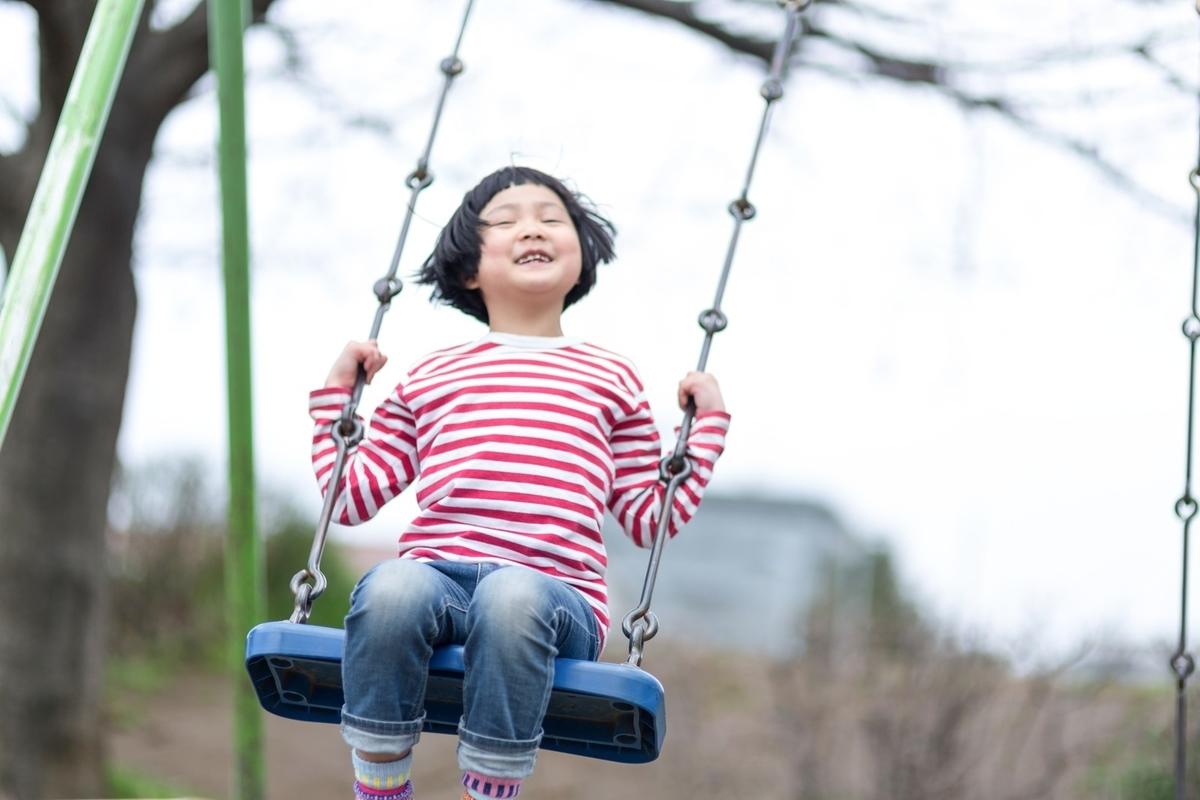 公園でのびのびと遊ぶ子ども