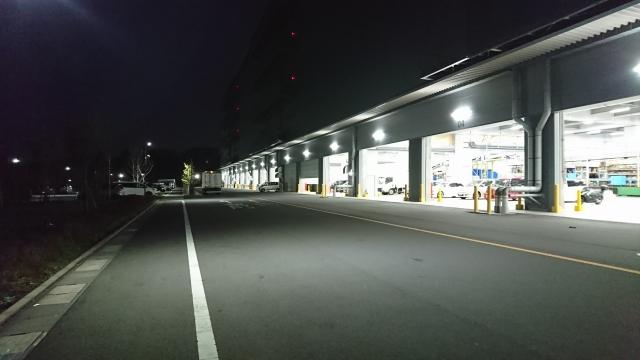 夜の物流倉庫