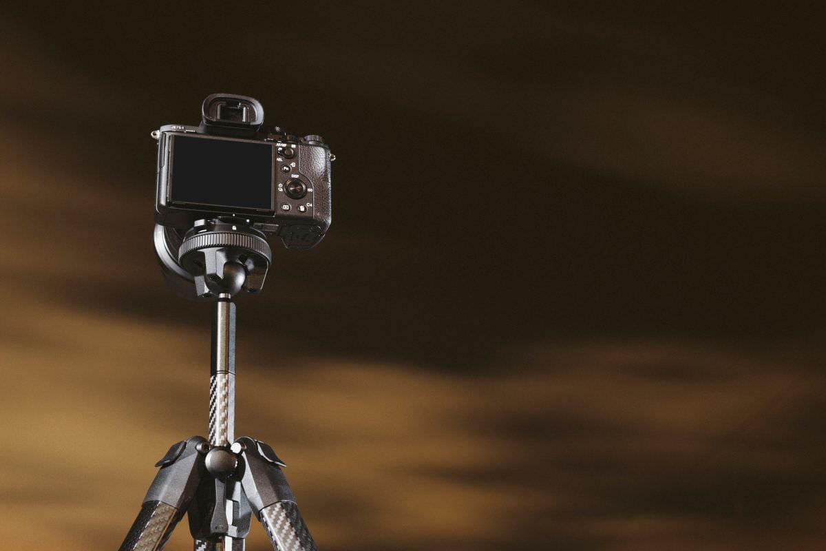 ピークデザイン トラベル三脚 PeakDesign Travel Tripod カメラをセットした様子