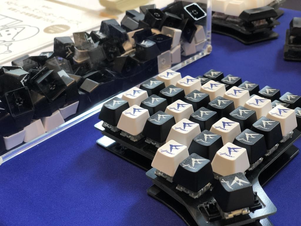 freeeロゴのキーキャップと装着されたキーボード
